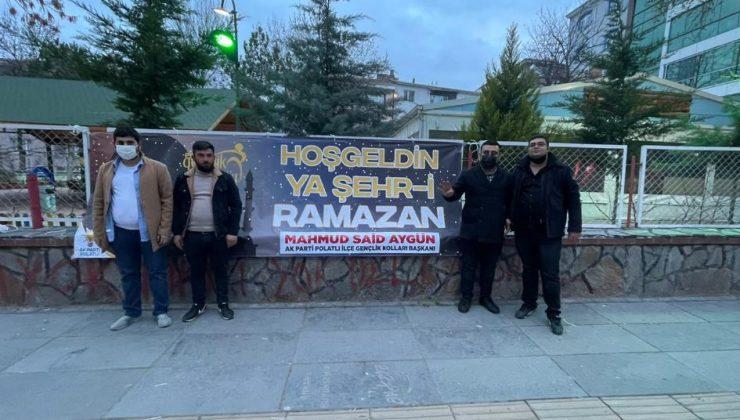 """AK PARTİLİ GENÇLERDEN """"HOŞ GELDİN RAMAZAN"""" PANKARTI"""