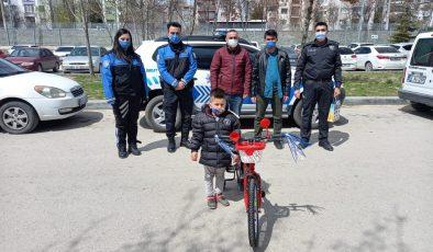 POLİSLERDEN ANLAMLI HEDİYE